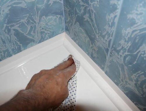 Оригинальный способ заделки щели между ванной и стеной