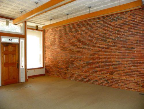 Чем и как отделать кирпичные стены внутри дома